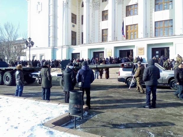 Чего дают? Да гиви какую-то: в Донецке показали изнанку «многотысячных похорон» (фото)