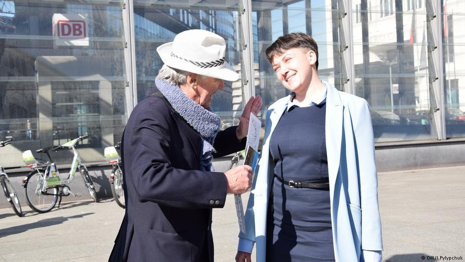 Савченко на каблуках и в платье заселилась в 5-звездочный отель в Берлине