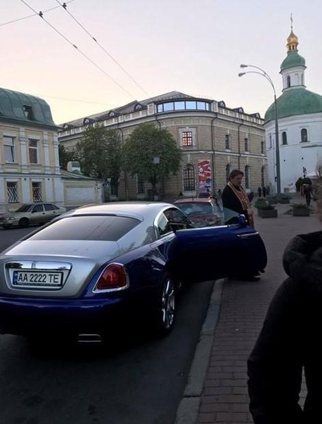 Cеть шокировал священник на Rolls-Royce в Киеве