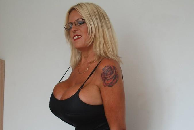 51-летняя модель развелась и увеличила грудь до 32-го размера