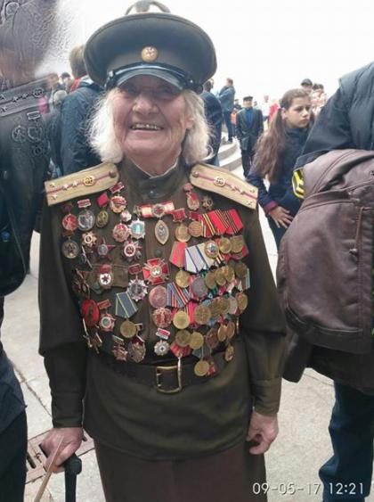 Сестра милосердия: трогательное ФОТО женщины-настоящего ветерана