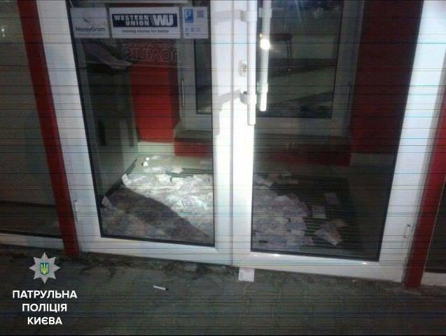 Грабитель буквально засыпал деньгами отделение банка в Киеве. ФОТО