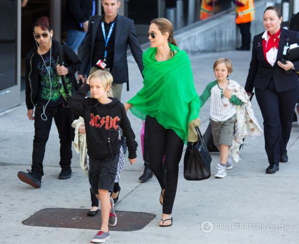 Анджелина Джоли со своими детьми