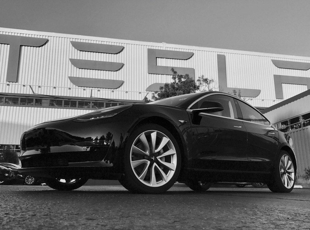 Маск показал первые фото новой Tesla