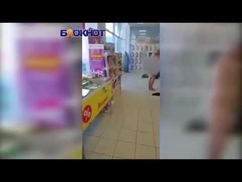 В России буйная покупательница разделась догола в супермаркете. ВИДЕО