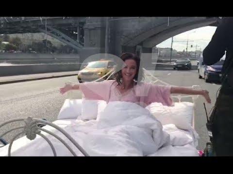 Полуголая Ольга Бузова проехалась в кровати по Москве
