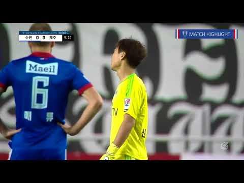Футболист забил невероятный гол с 80 метров (видео)