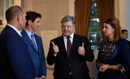 Марина Порошенко в Канаді вигуляла сині нігті й квіти на грудях