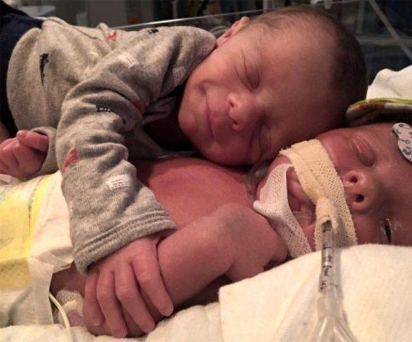 Фото малюка, який прощається зі своїм братиком, змусило плакати всіх