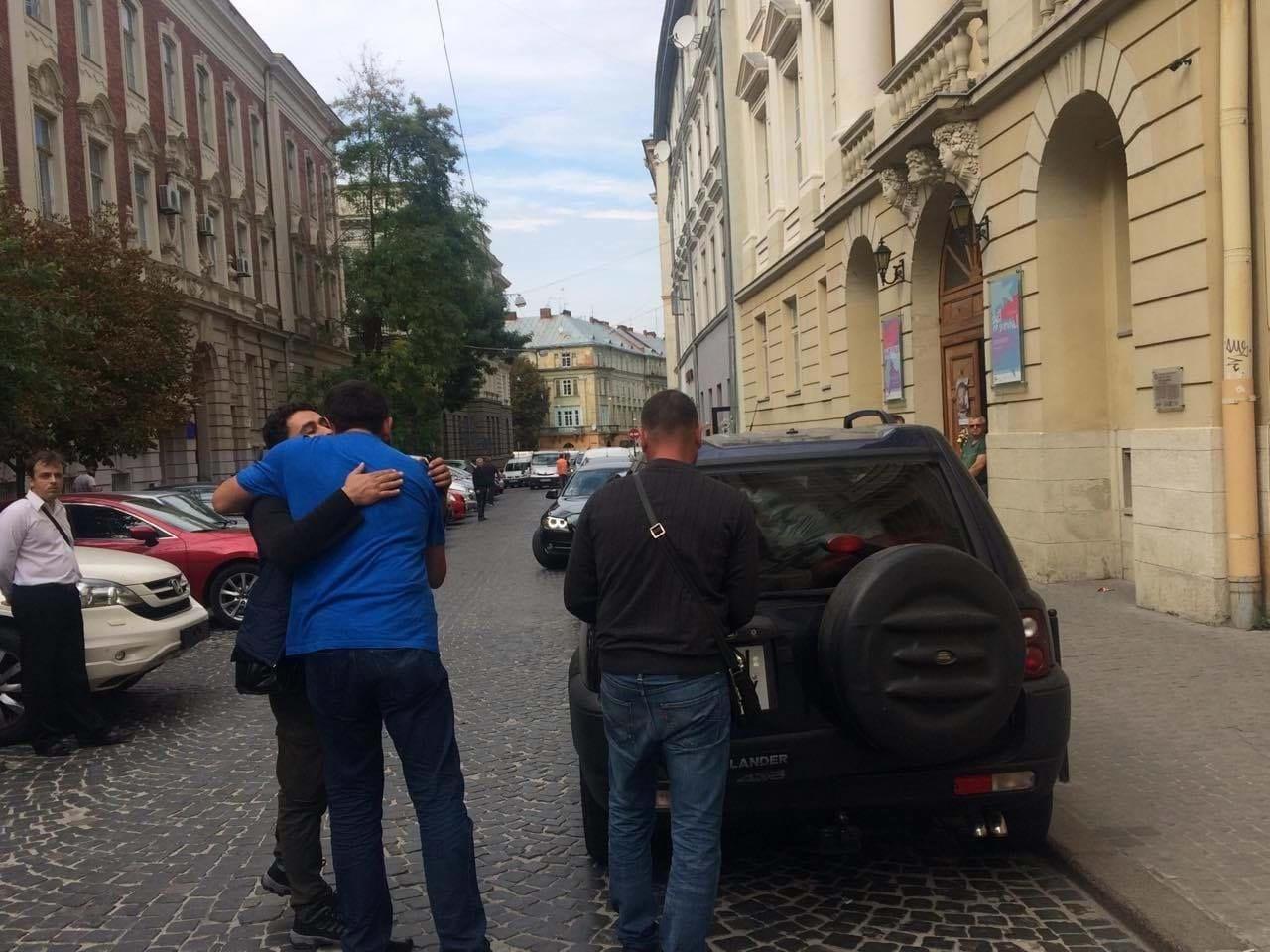 «В аэропорт!»: Саакашвили во Львове бросила жена