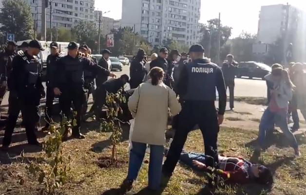 Появились фото и видео ожесточенной драки копов с женщинами в Киеве