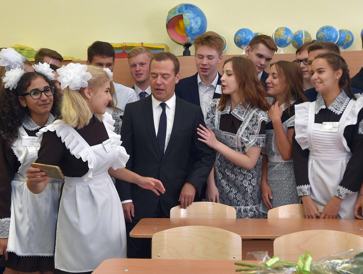 Уже с гуриями в раю?  Путинский премьер пошел к старшеклассницам. ФОТО