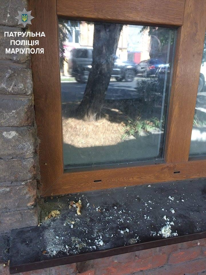 В Мариуполе мама «задержалась в гостях»: голодные дети из окна просили еду у прохожих. ФОТО