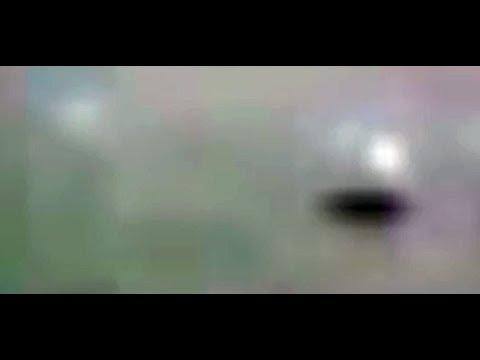 Пришельцы не оставляют в покое Луну: черный НЛО ползает по поверхности спутника