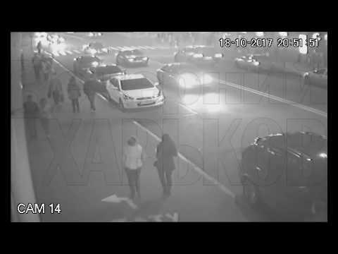 """Камера """"поймала"""" момент ДТП в Харькове с нового ракурса: два человека чудом спаслись (видео 18+)"""