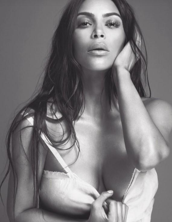 Томный взгляд и обнаженная грудь: Ким Кардашьян поделилась чувственным фото