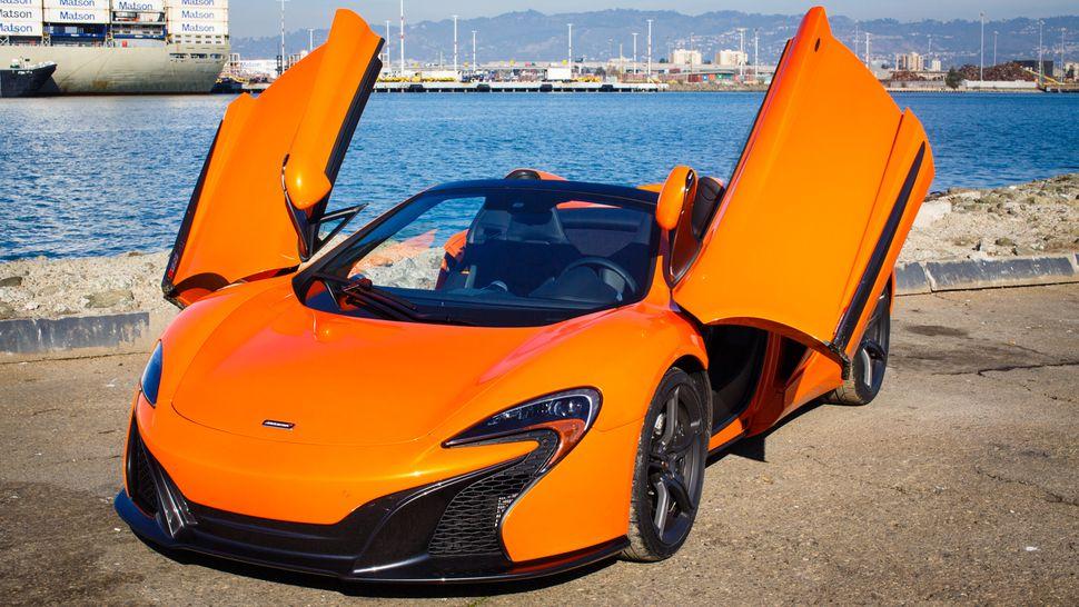 Осел чуть не съел эксклюзивный суперкар McLaren. ФОТО, ВИДЕО