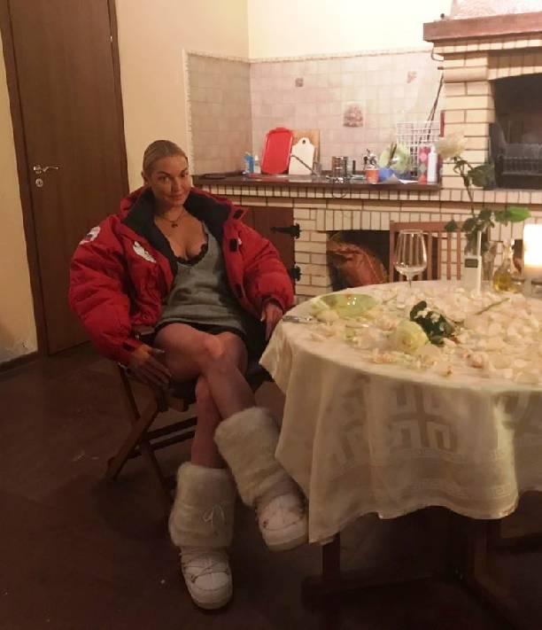 Анастасия Волочкова поделилась фотографией эротического ужина