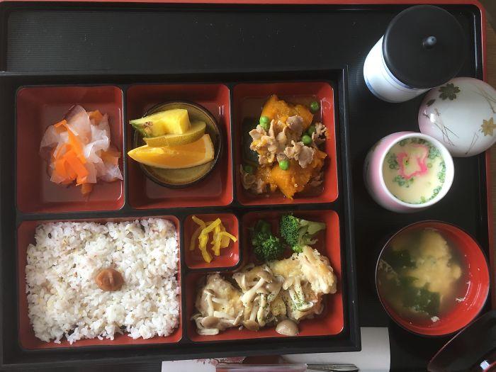 Нашим и не снилось: чем кормят в роддомах Японии. ФОТО