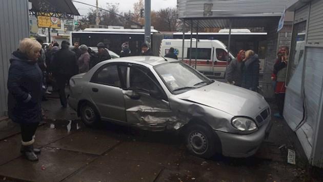 В Киеве авто протаранило магазин: есть пострадавшие. ФОТО