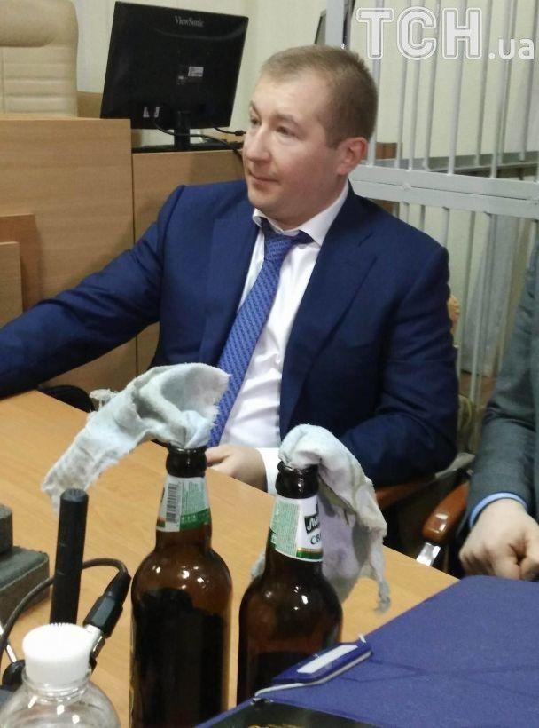 Адвокат Януковича принес в суд опасные предметы и сорвал заседание. ФОТО