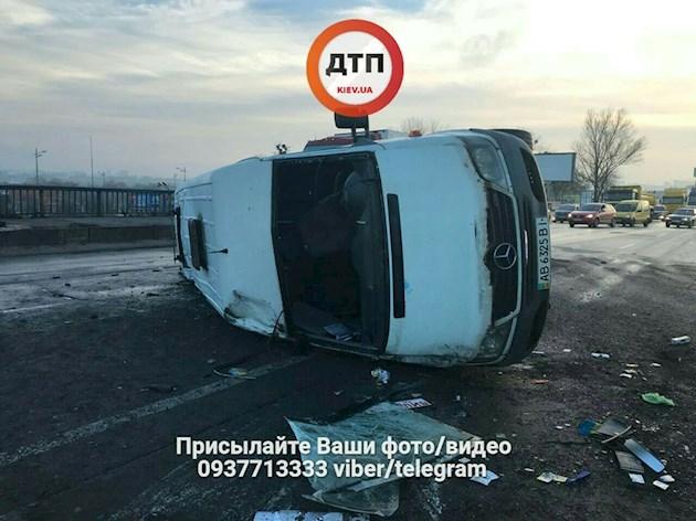 В Киеве маршрутка попала в страшное тройное ДТП. ФОТО, ВИДЕО