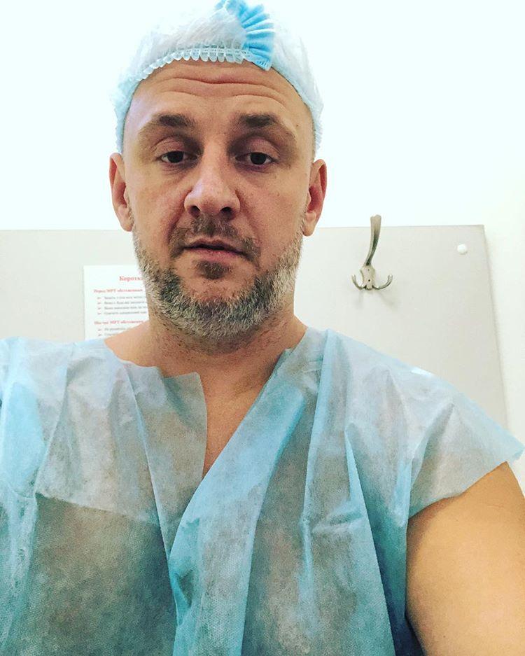Что случилось? Модный украинский певец попал в больницу