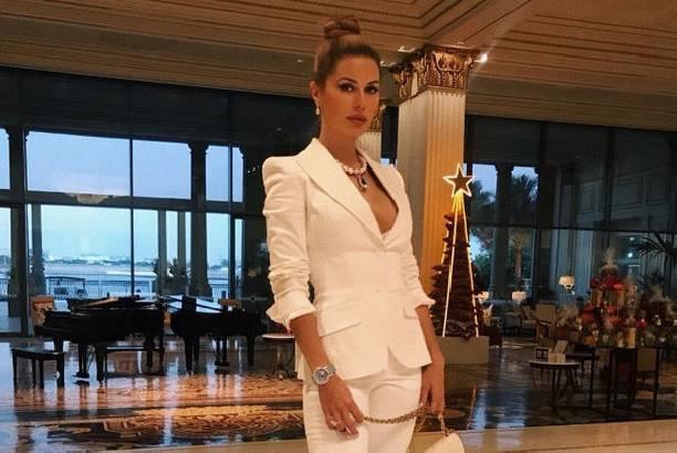 Виктория Боня продолжает интриговать, демонстрируя роскошную грудь