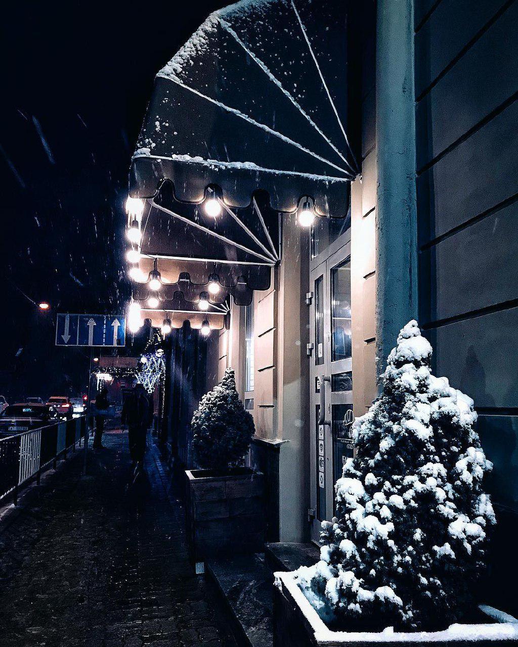 Как в сказке: в соцсетях публикуют яркие ФОТО засыпанного снегом Львова