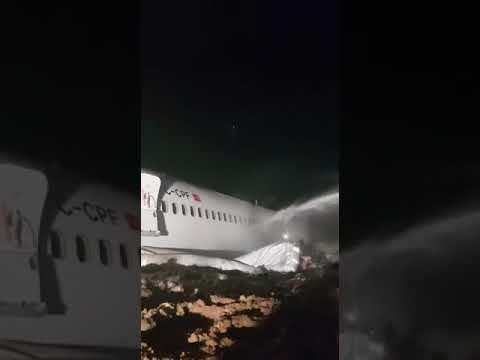 Самолет с 162 пассажирами упал в обрыв: первое видео