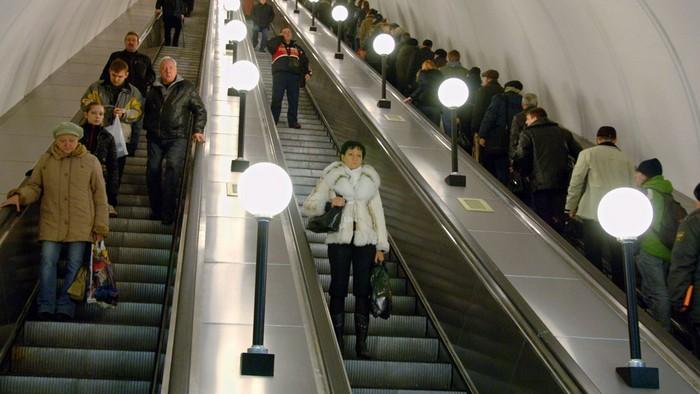 Зачем нужны полоски на ступенях эскалатора и что случилось бы без них