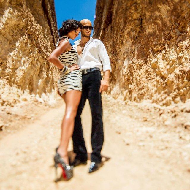 Влад Яма похвалился женой в мини-юбке