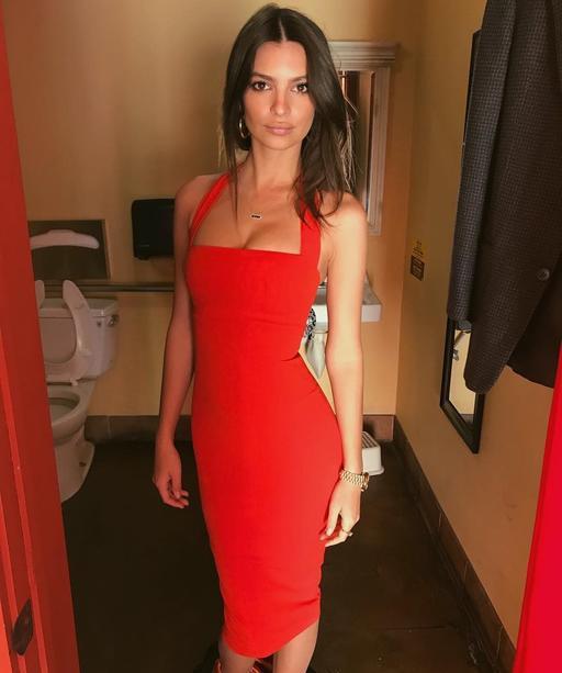 Красная, горячая, в уборной: Эмили Ратажковски сфотографировалась в туалете