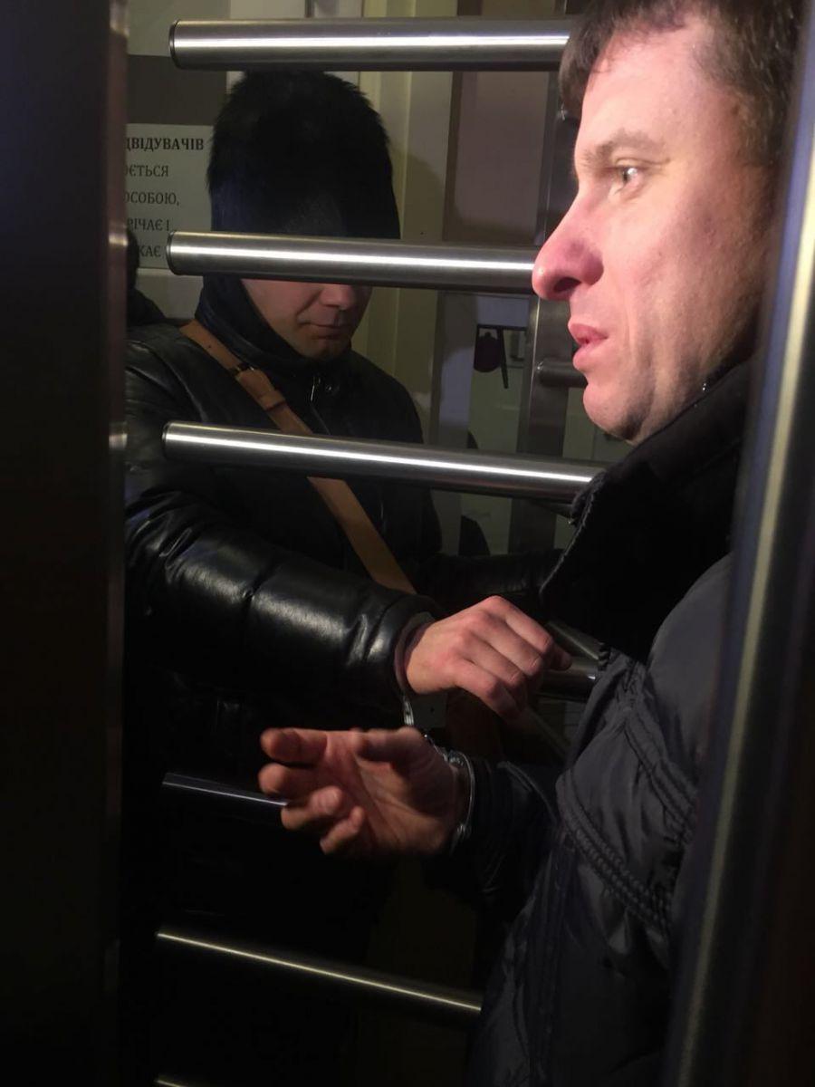 Активісти прикували себе наручниками до гратів на вході в прокуратуру Київщини