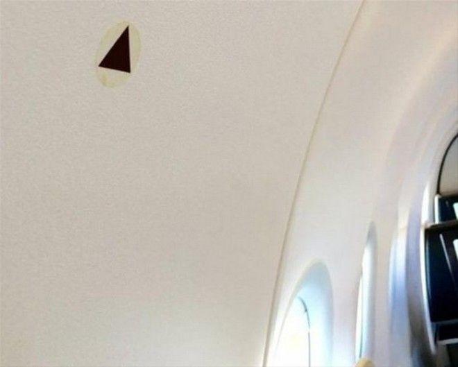 Зачем нужны треугольники на борту самолета