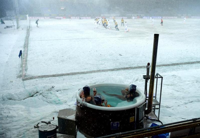 Пока футболисты морозили ноги: полуголые фанатки искупались в джакузи в метре от поля