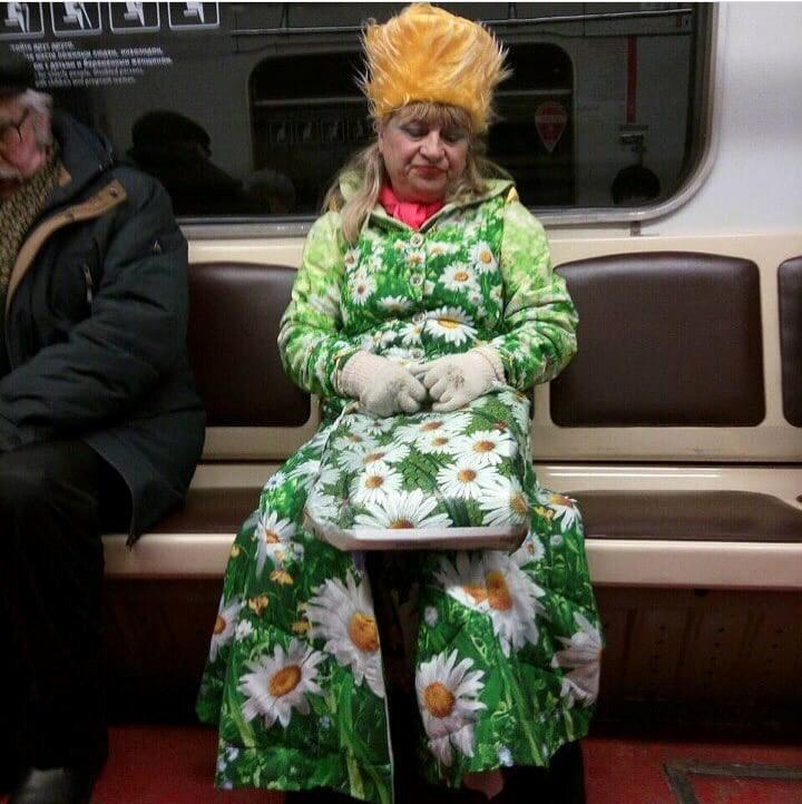 Сеть взбудоражила «женщина-весна» в метро