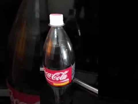 Парень купил бутылку Coca-Cola, перевернул ее и увидел что-то отвратительное
