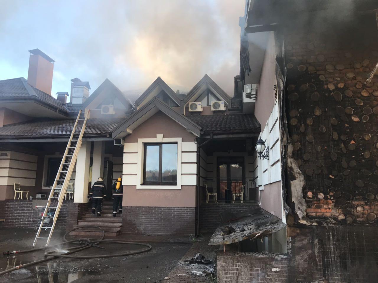 Под Киевом вспыхнул двухэтажный ресторанный комплекс. ФОТО
