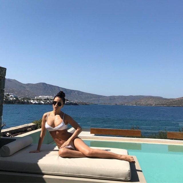 Ани Лорак в купальнике похвасталась фигурой