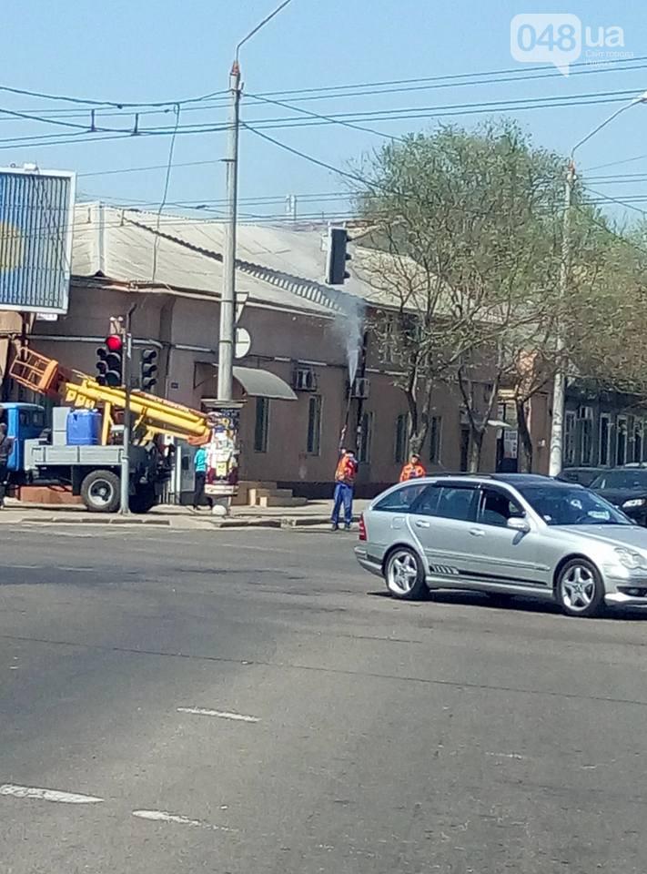В Одессе моют светофоры странным способом. ФОТО