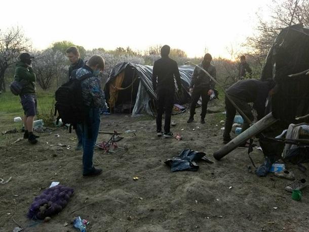 Радикалы заявили о сожжении лагеря ромов в Киеве. ФОТО