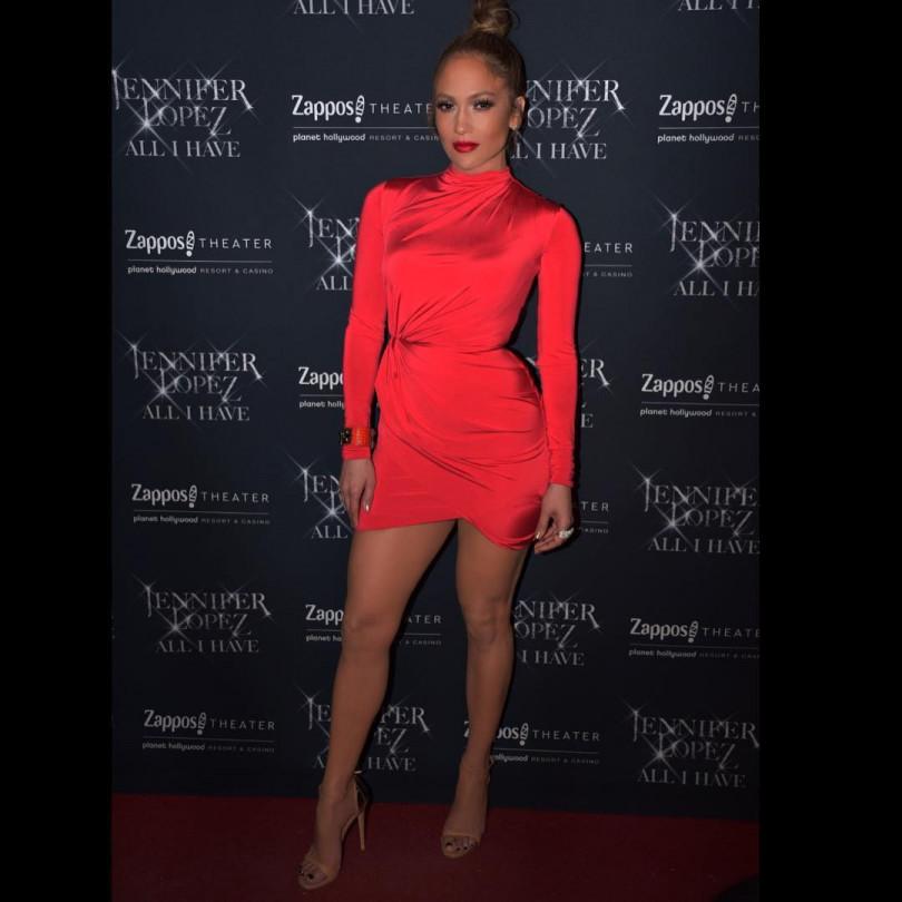 Дженнифер Лопес в красном мини поразила фанатов изменениями во внешности. ФОТО