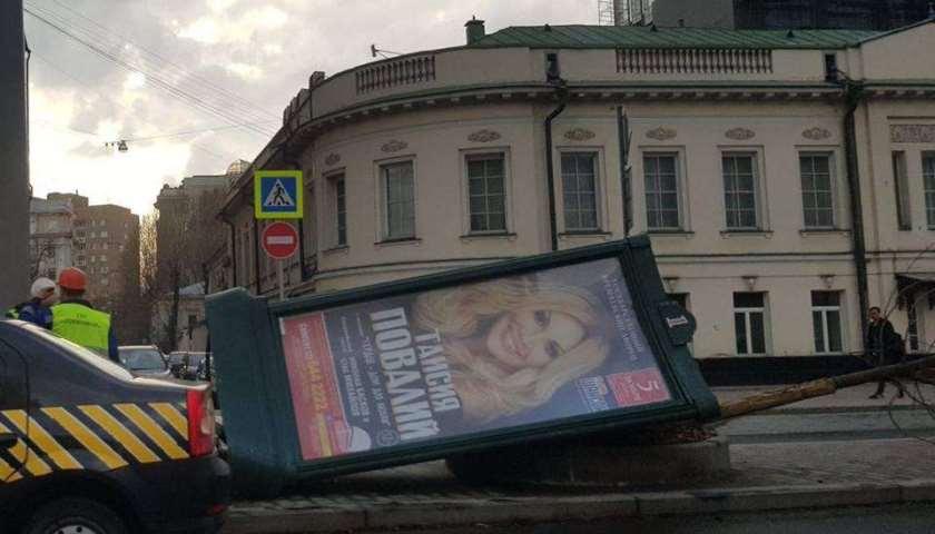 Ураган в Москве: пострадали люди, машины и борд Таисии Повалий. ФОТО