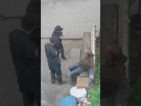 Наступали на босые ноги: в Сумах патрульные издевались над пьяным мужчиной. ВИДЕО