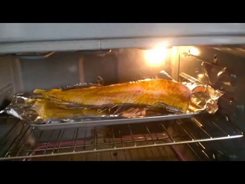 Филе рыбы ожило в духовке: видео 18+