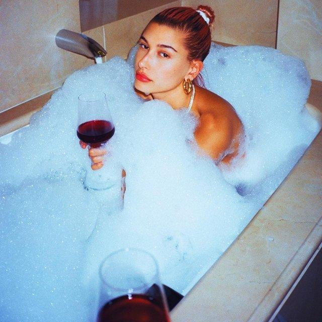Обнаженная Кендалл Дженнер в полотенце снялась на полу в ванной