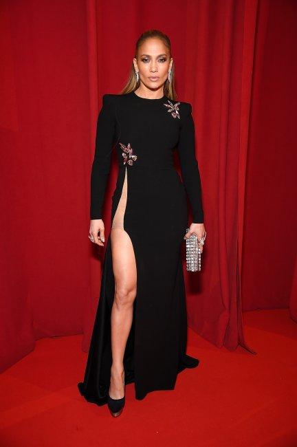 Дженнифер Лопес вышла в свет в платье с разрезом до талии