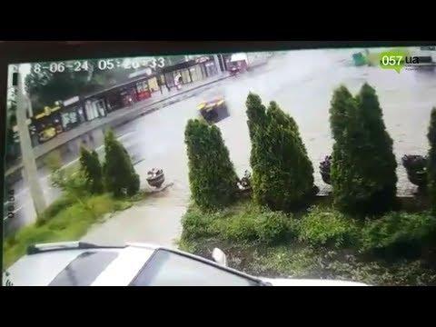 Авто разорвало на куски: водитель отряхнулся и ушел. ВИДЕО