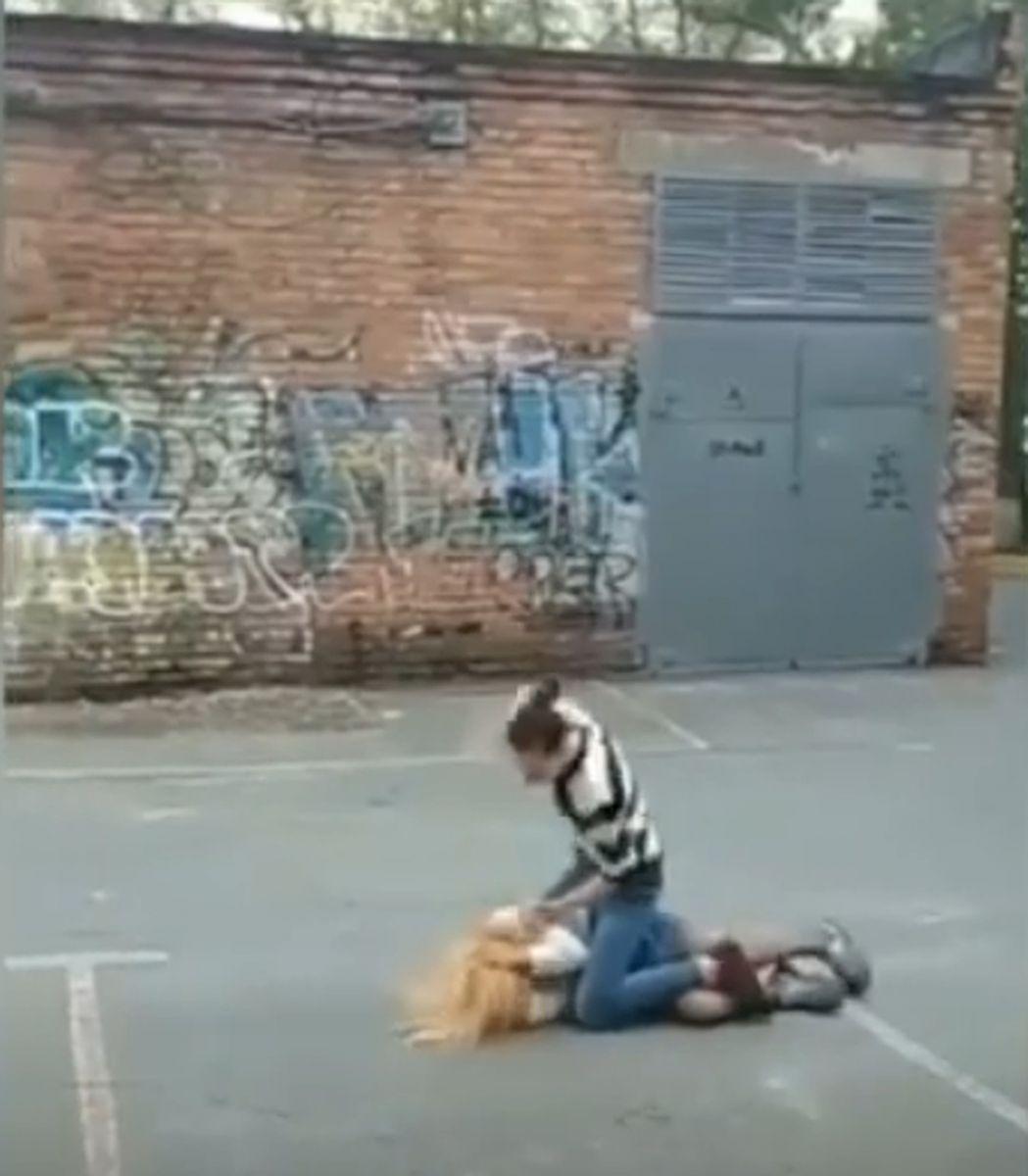 Добивала руками и ногами: драка российских школьниц взбудоражила Сеть. ВИДЕО